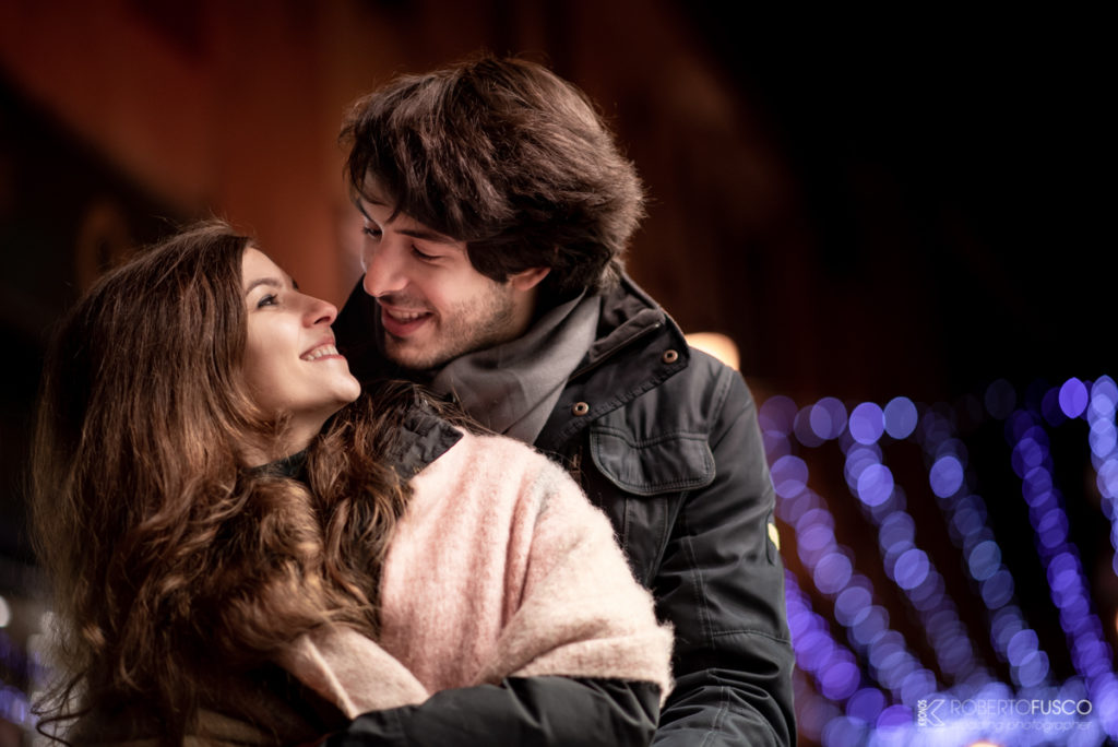 Servizio fotografico da fidanzati con atmosfera natalizia
