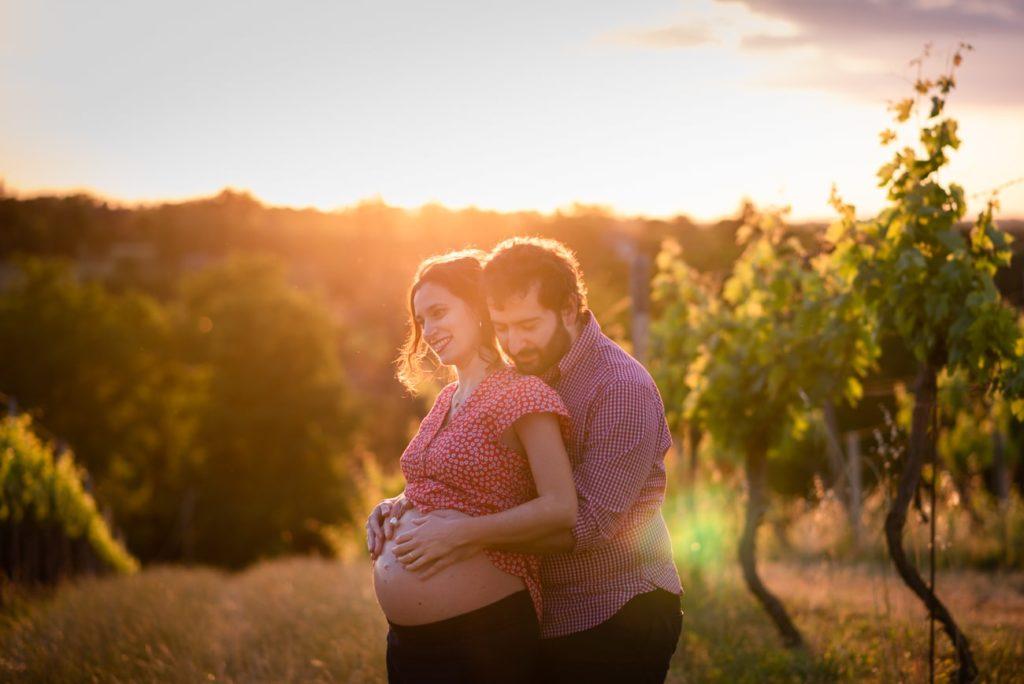Servizio fotografico di maternità in primavera e al tramonto