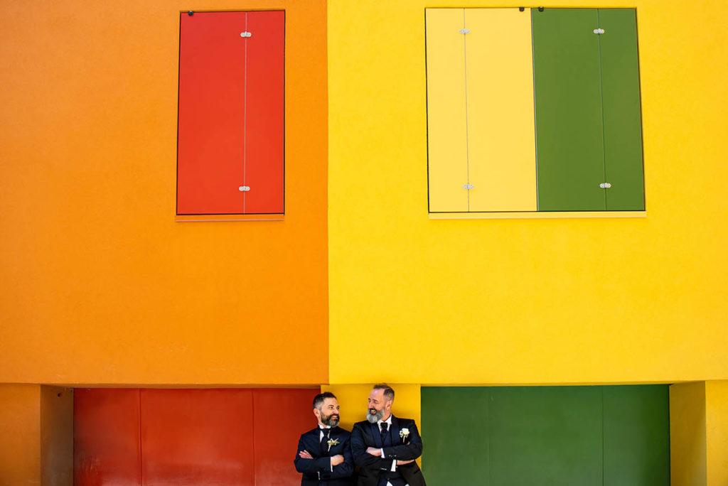 unione civile -foto sposi - case colorate nel centro di Bologna