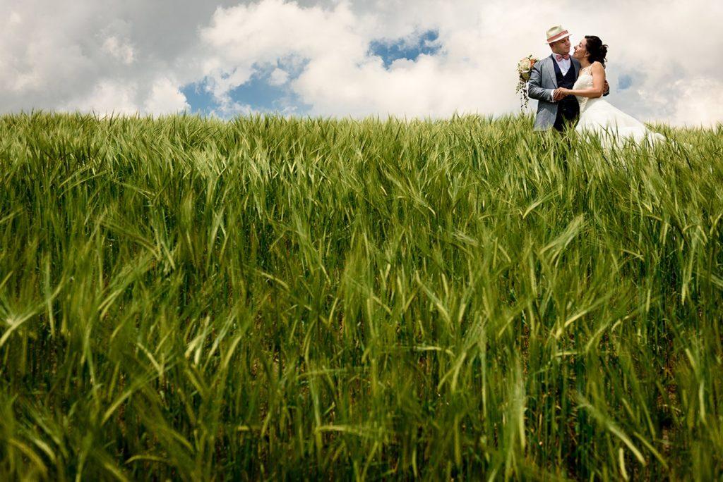 matrimonio in primavera- sposi in un campo verde