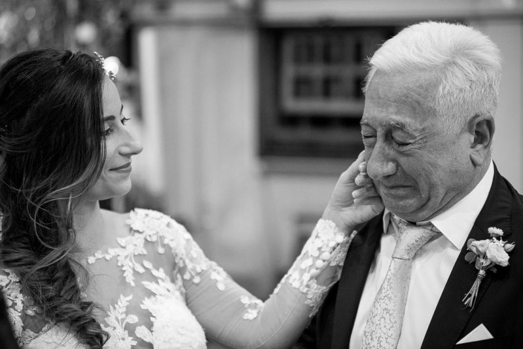 carezza della sposa al papà emozionato