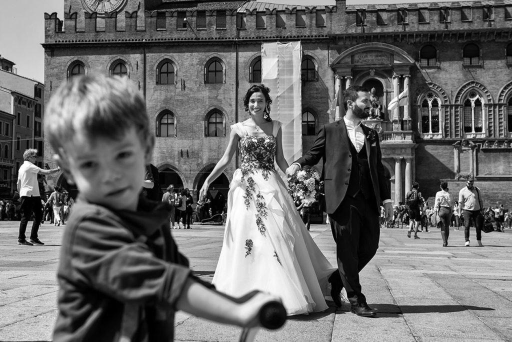 sposi in piazza maggiore-Bologna-bimbo in bici