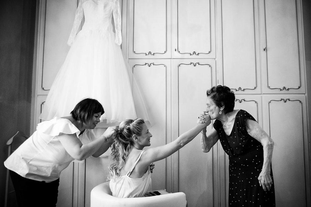 matrimonio-bologna-abito sposa-la sposa al trucco con la nonna